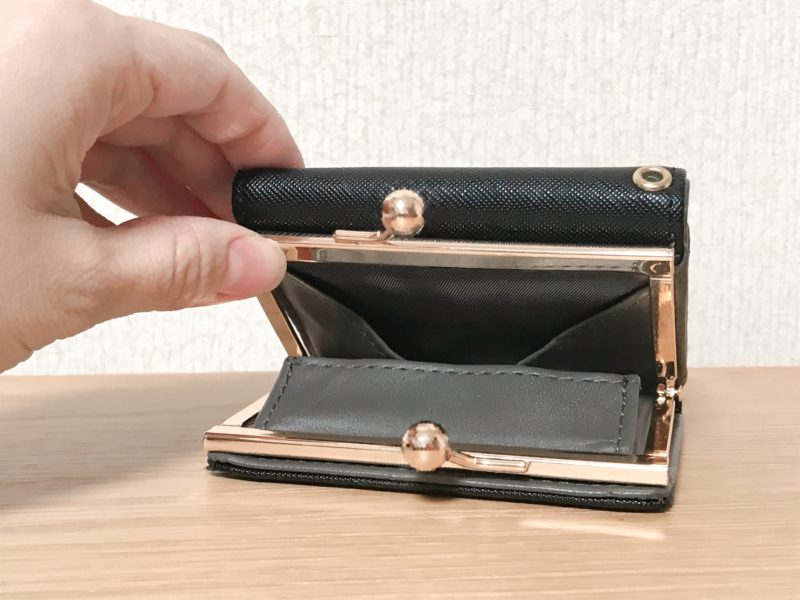 がま口を開けた財布