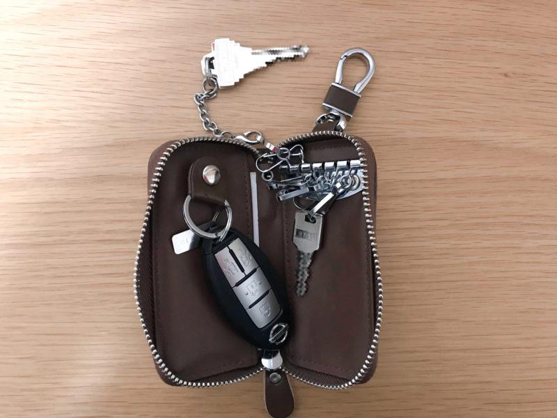 鍵と免許証がが入ったキーケース