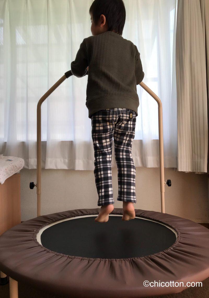 家庭用トランポリンで飛び跳ねる子供