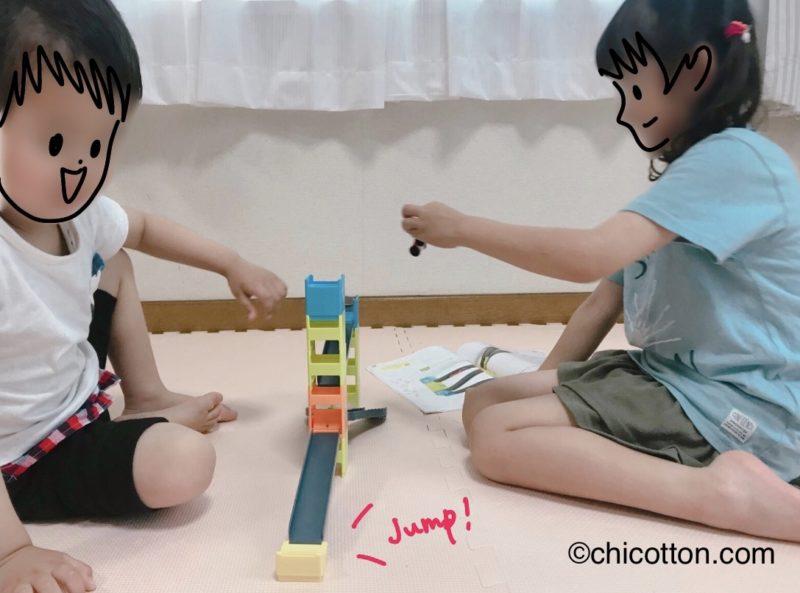 こどもちゃれんじすてっぷのスライダーゴーゴーで遊ぶ子どもたち