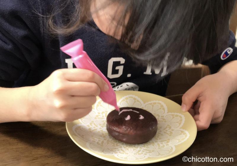 チョコパイに顔を描く女の子
