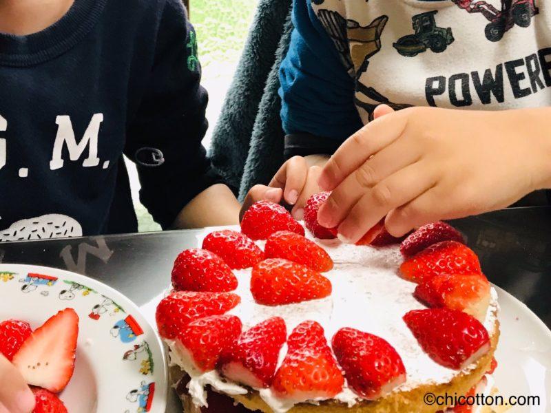 ケーキを作る子供たち