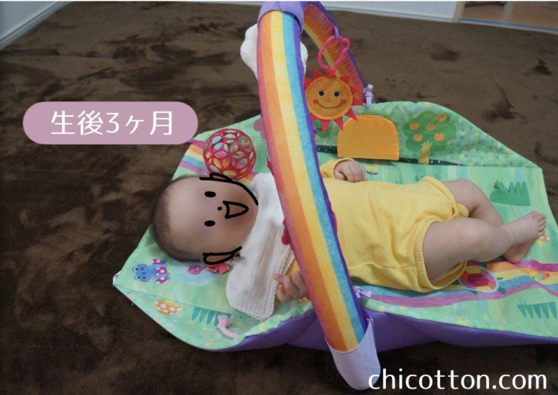 ベビーマットに寝転ぶ赤ちゃん