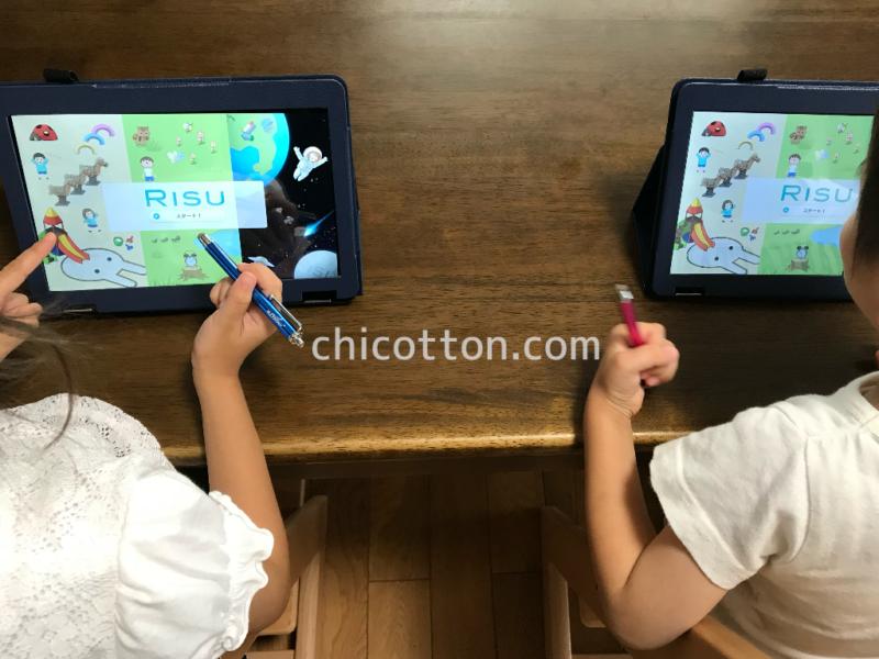 タブレット学習のRISUきっずをする幼児