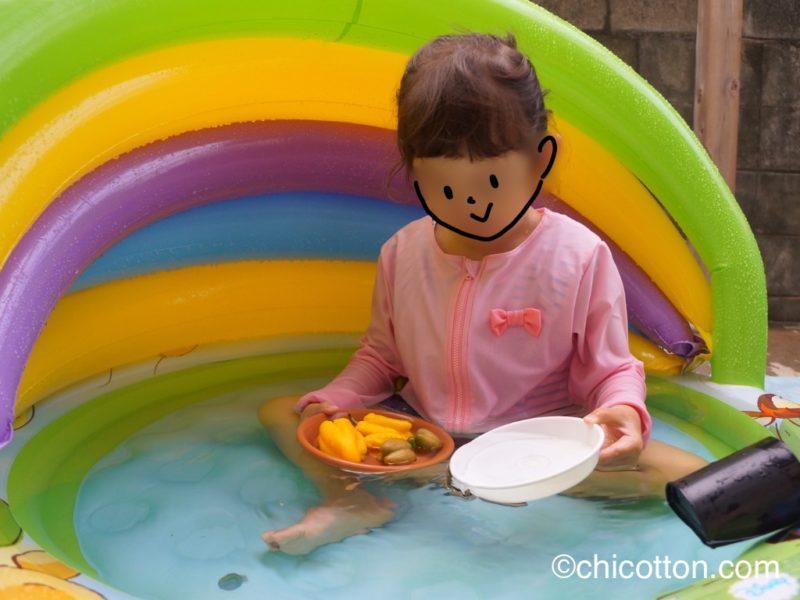 家庭用プールで遊ぶ子供